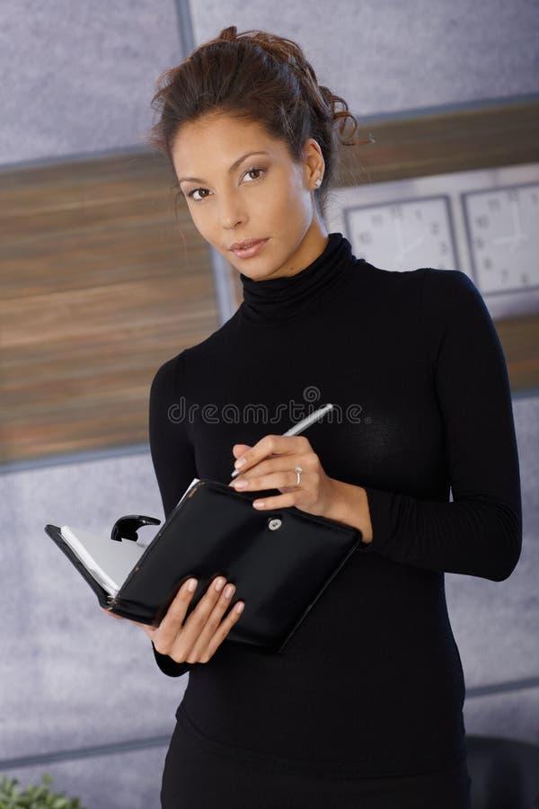 Mooie vrouw met persoonlijke organisator stock afbeelding