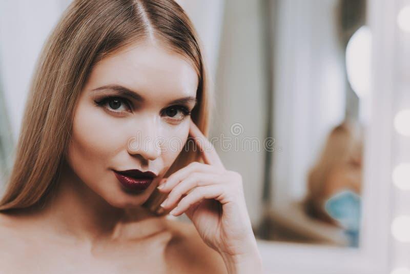 Mooie Vrouw met Professionele Make-up in Salon stock afbeelding