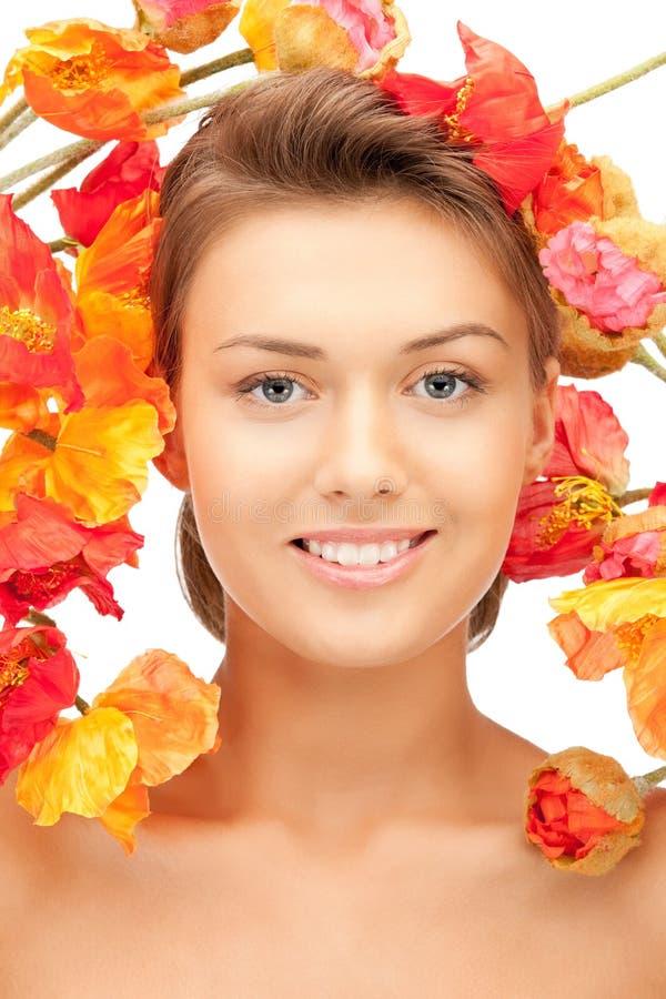 Mooie vrouw met rode bloemen royalty-vrije stock foto