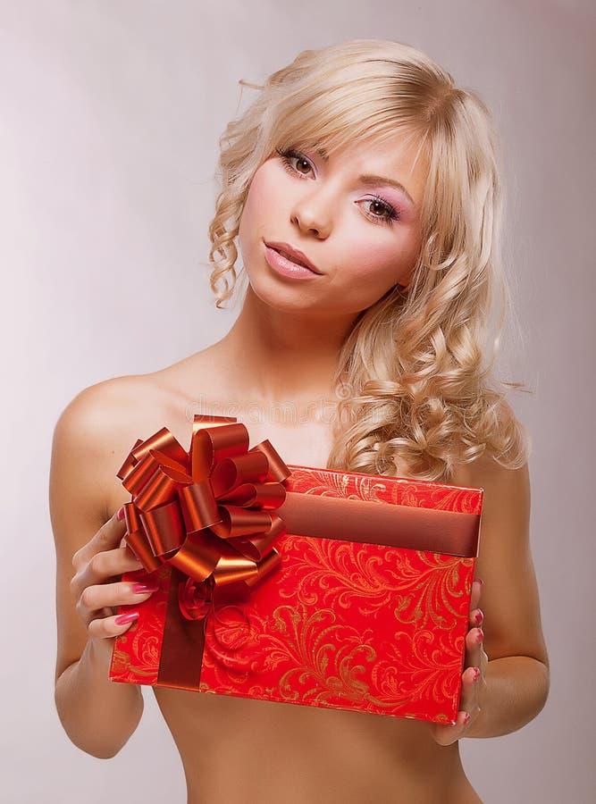 Schenking. De jonge Blonde die van de Schoonheid Rode Doos houden als Heden. Vakantie royalty-vrije stock foto's