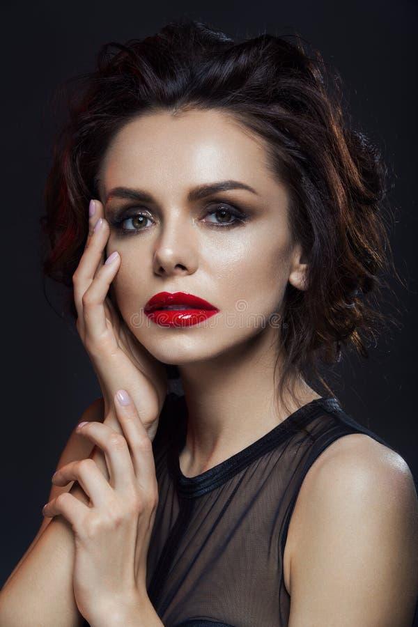 Mooie vrouw met rode lippen royalty-vrije stock afbeeldingen
