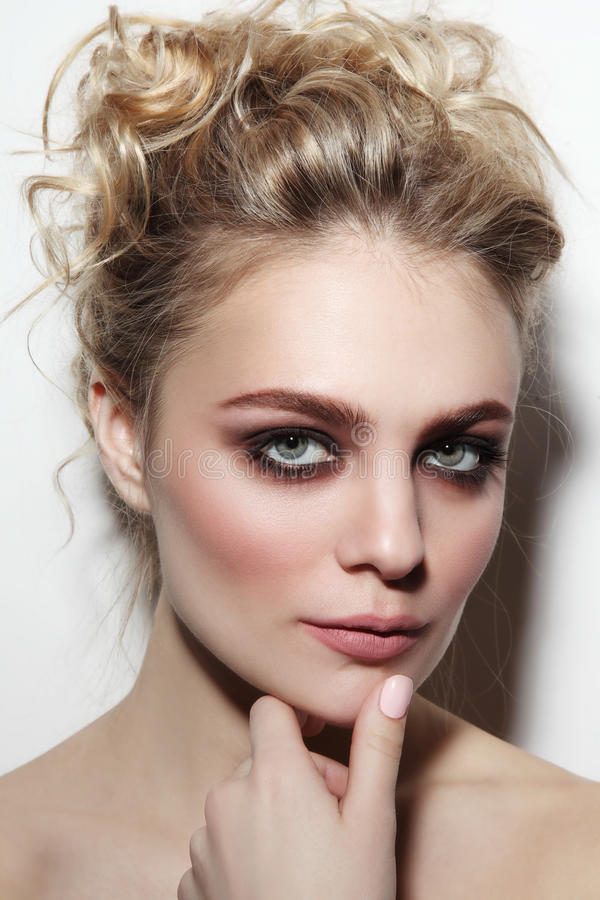 Mooie vrouw met rokerig ogen en prom kapsel royalty-vrije stock afbeeldingen