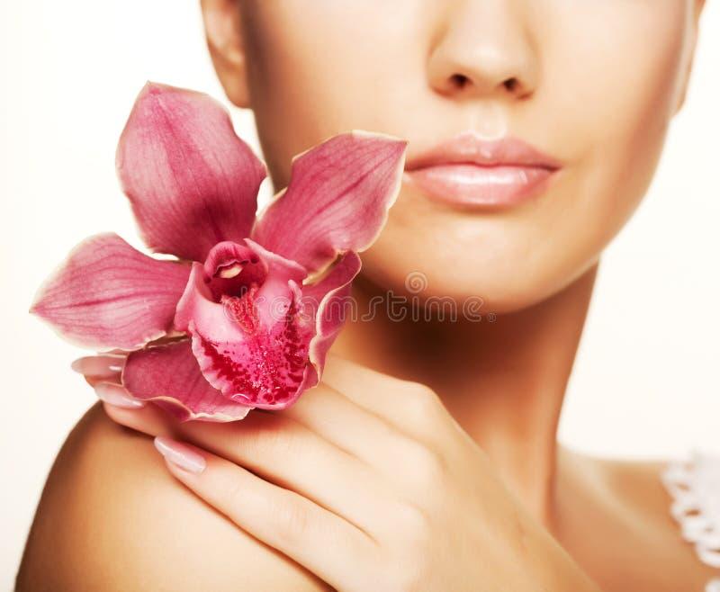 Mooie vrouw met roze bloem royalty-vrije stock foto