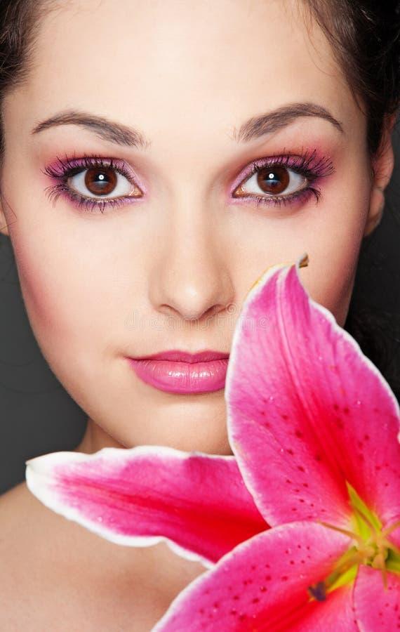 Mooie vrouw met roze lelie stock fotografie