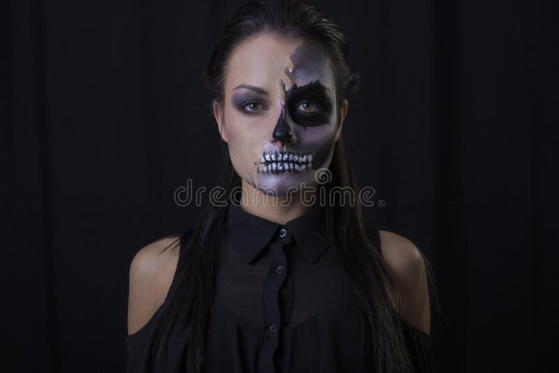 Mooie vrouw met samenstellingsskelet royalty-vrije stock fotografie