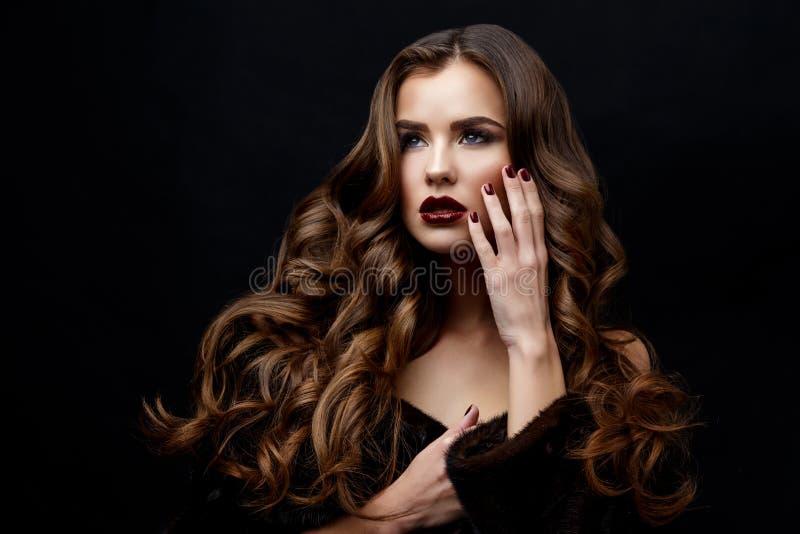 Mooie Vrouw met Schone Verse Huid en gezond krullend haar stock foto