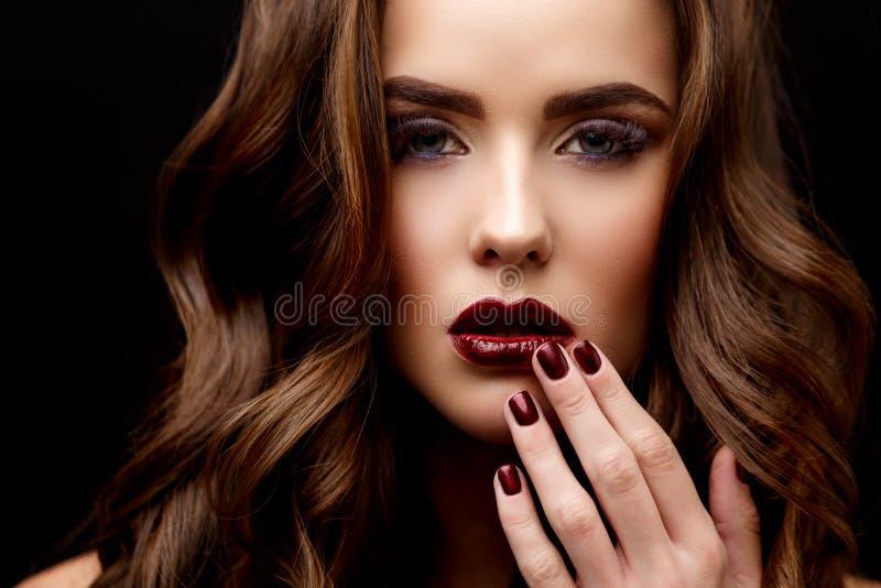 Mooie Vrouw met Schone Verse Huid en gezond krullend haar stock fotografie