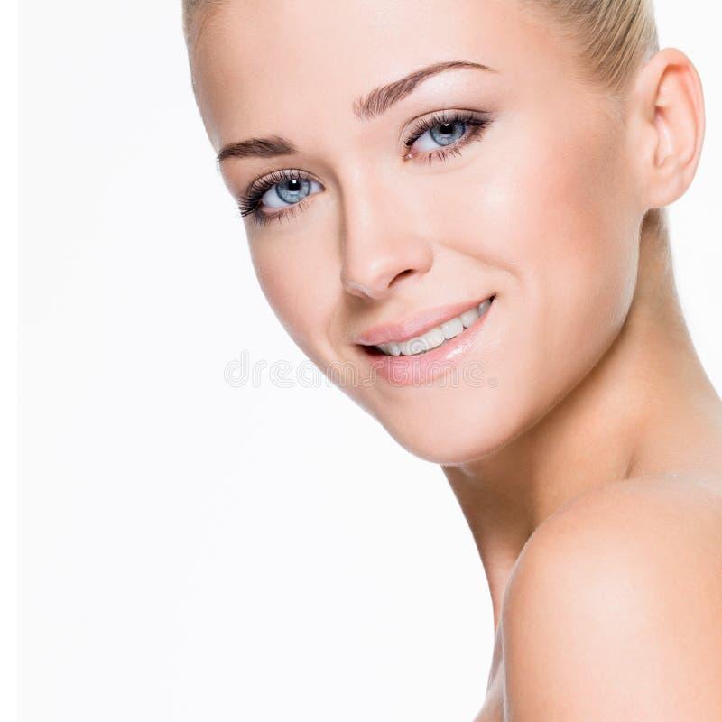 Mooie vrouw met schoonheid het glimlachen gezicht royalty-vrije stock foto