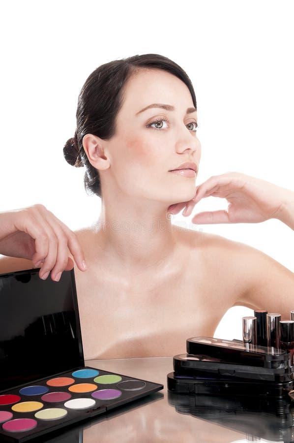 Mooie vrouw met schoonheidsmiddelen voor make-up. royalty-vrije stock foto