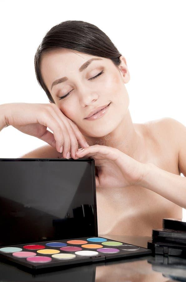 Mooie vrouw met schoonheidsmiddelen voor make-up. royalty-vrije stock afbeelding