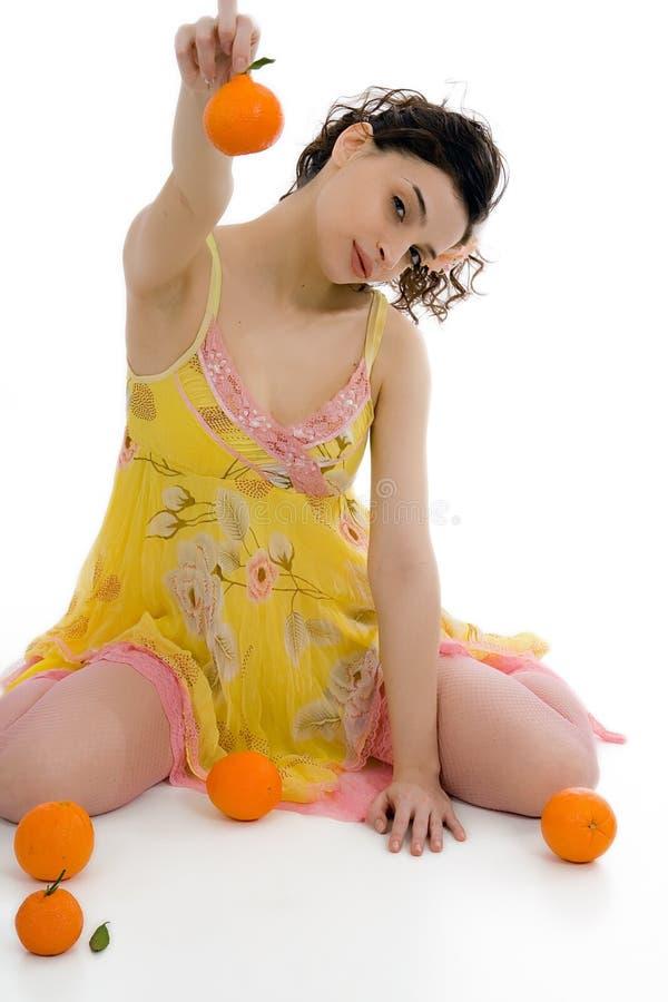 Mooie vrouw met sinaasappelen royalty-vrije stock afbeeldingen