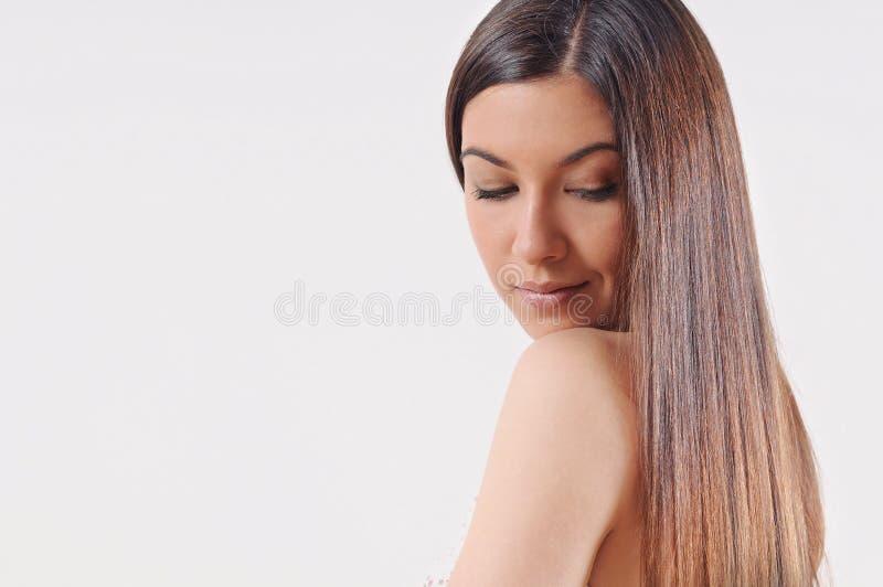 Mooie vrouw met sterk gezond helder haar stock fotografie