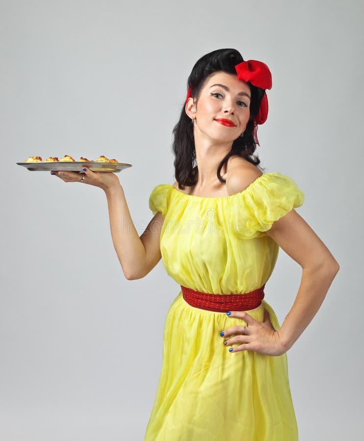 Mooie vrouw met yummy koekjes royalty-vrije stock fotografie