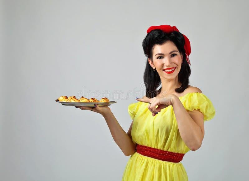 Mooie vrouw met yummy koekjes royalty-vrije stock foto's