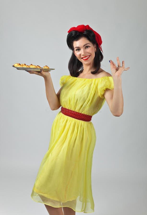 Mooie vrouw met yummy koekjes stock foto