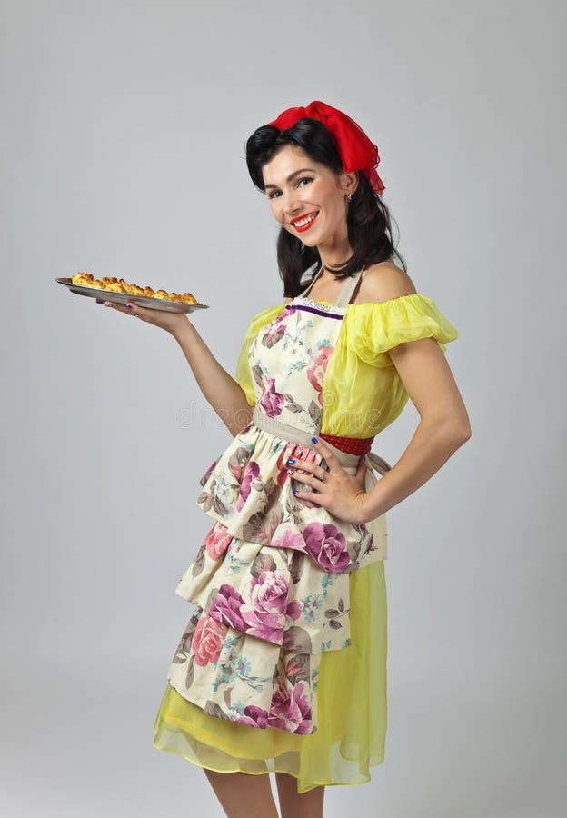 Mooie vrouw met yummy koekjes stock afbeeldingen