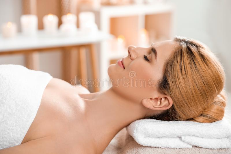Mooie vrouw met zijdeachtige huid na gezichtsmasker het ontspannen stock foto's