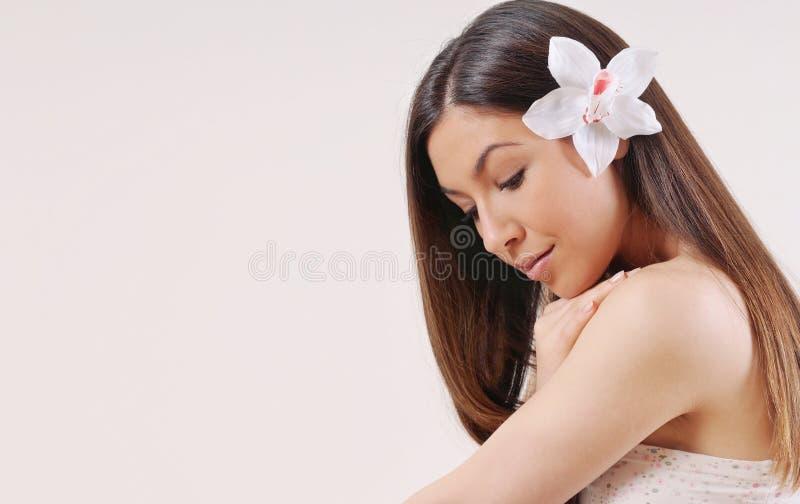 Mooie vrouw met zuivere huid en sterk gezond helder haar stock afbeeldingen