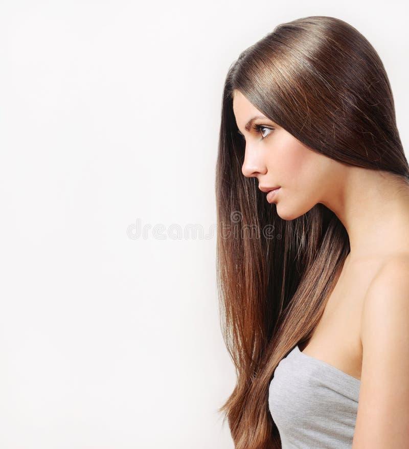 Mooie vrouw met zuivere huid en sterk gezond helder haar stock foto