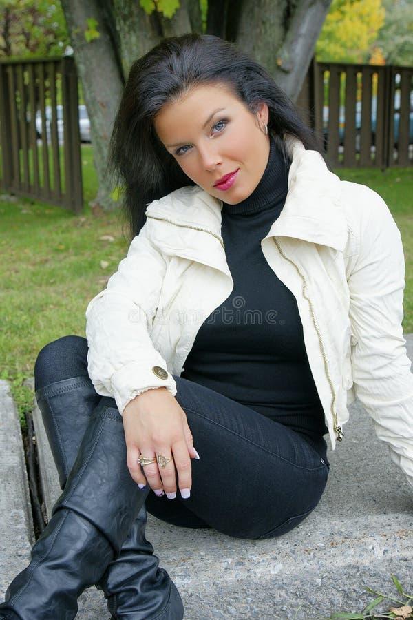 Mooie vrouw met zwart glanzend haar in modelpos stock foto
