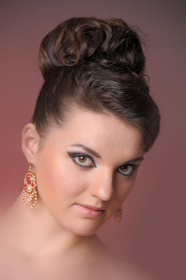Mooie vrouw met zwart haar in manierkapsel stock foto