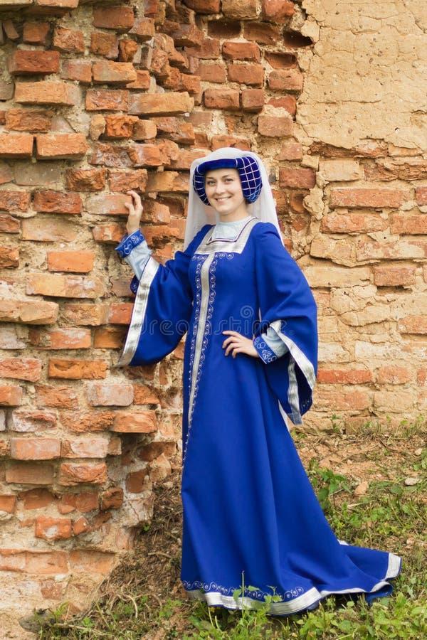 Mooie vrouw in middeleeuwse kleding royalty-vrije stock afbeeldingen