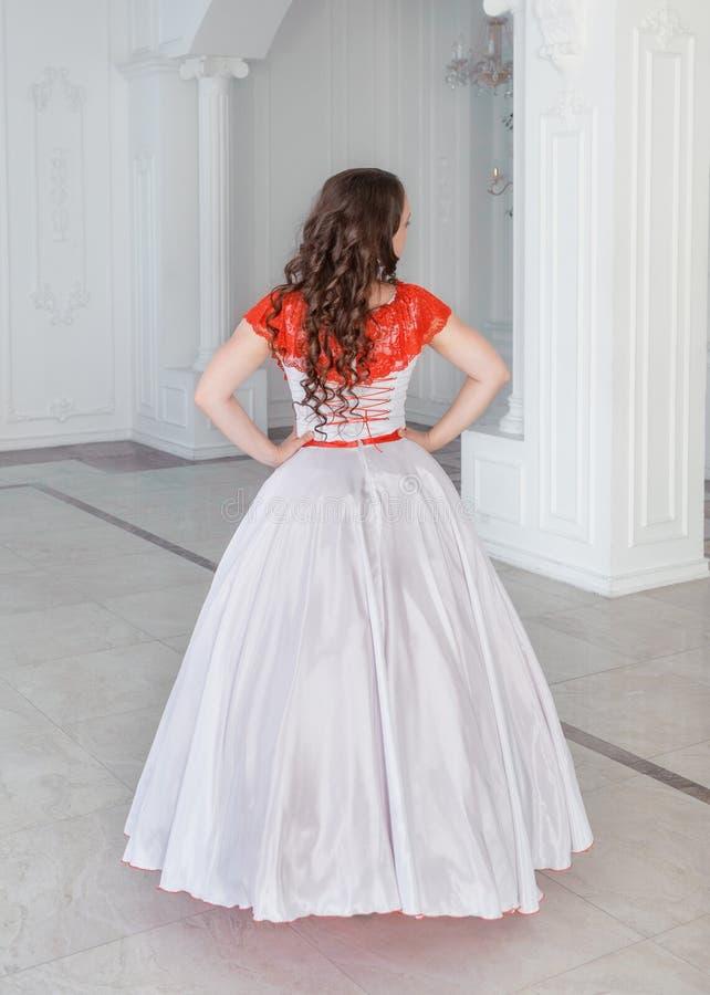 Mooie vrouw in middeleeuwse kleding met hoepelrok De rug stelt royalty-vrije stock fotografie