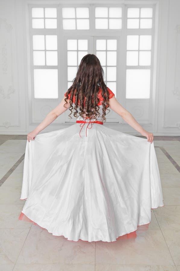 Mooie vrouw in middeleeuwse kleding met hoepelrok De rug stelt royalty-vrije stock afbeeldingen