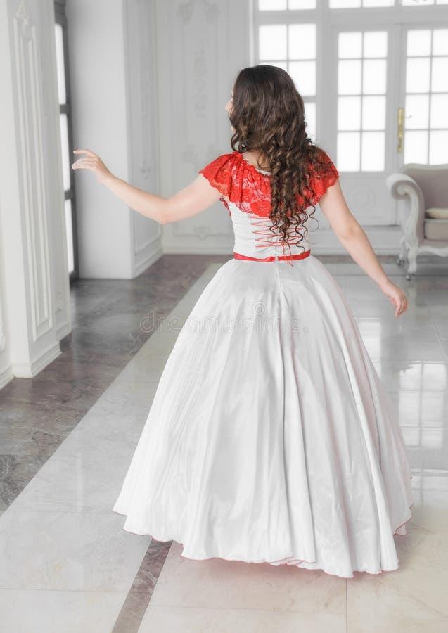 Mooie vrouw in middeleeuwse kleding met hoepelrok De rug stelt royalty-vrije stock foto's