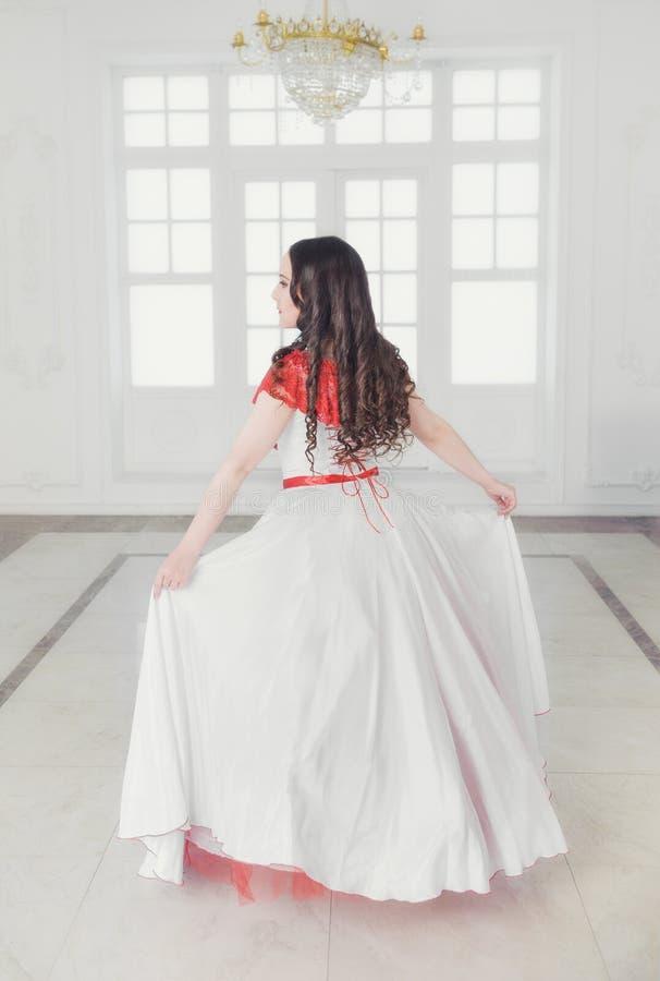 Mooie vrouw in middeleeuwse kleding met hoepelrok De rug stelt royalty-vrije stock afbeelding