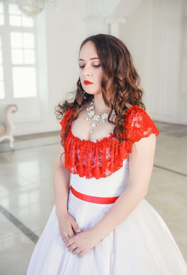 Mooie vrouw in middeleeuwse kleding met hoepelrok in de zaal stock afbeeldingen