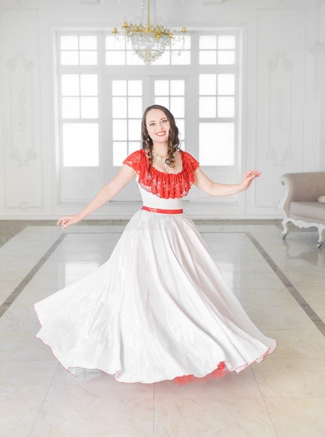 Mooie vrouw in middeleeuwse kleding met hoepelrok het dansen royalty-vrije stock fotografie