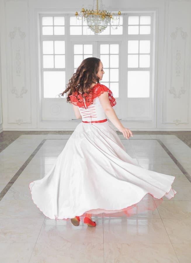 Mooie vrouw in middeleeuwse kleding met hoepelrok het dansen royalty-vrije stock afbeeldingen