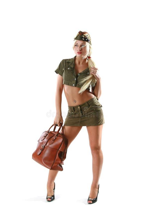 Mooie vrouw in militaire kleren met zak royalty-vrije stock fotografie