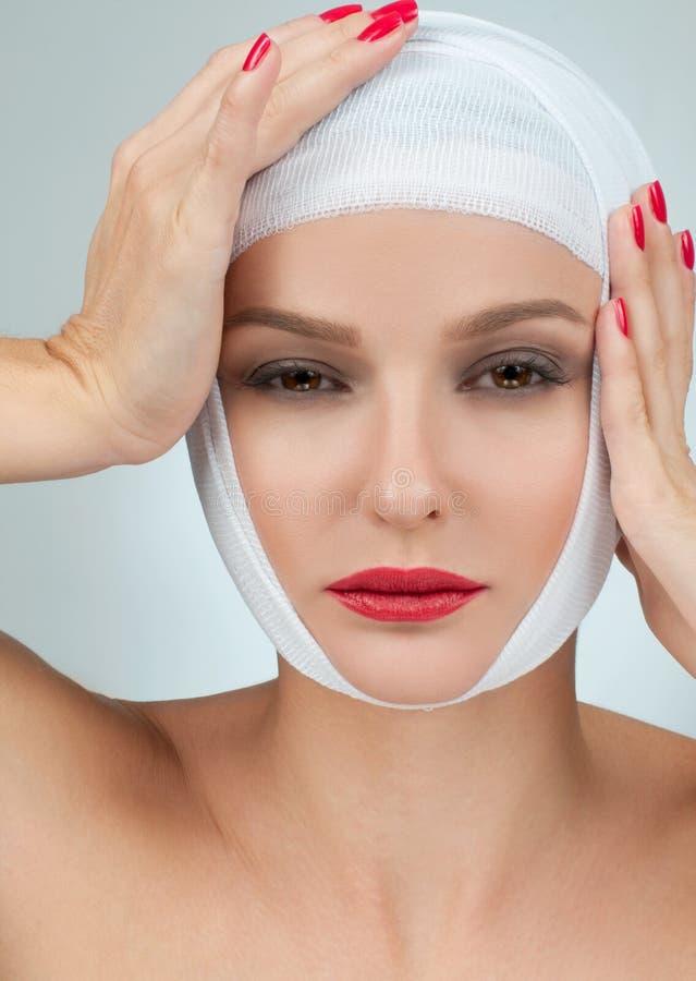 Mooie vrouw na plastische chirurgie met verbonden gezicht Het concept van de plastische chirurgie stock afbeeldingen