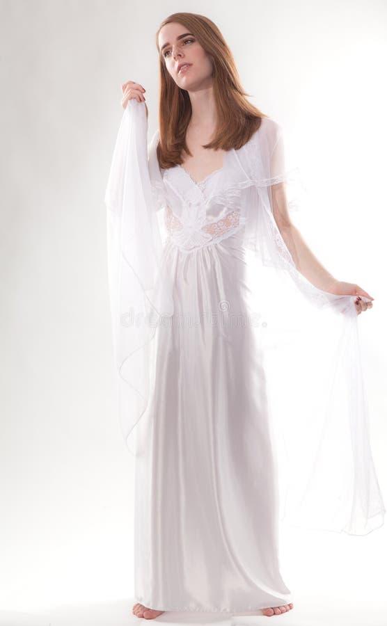 Download Mooie vrouw in nachtjapon stock afbeelding. Afbeelding bestaande uit model - 54082047