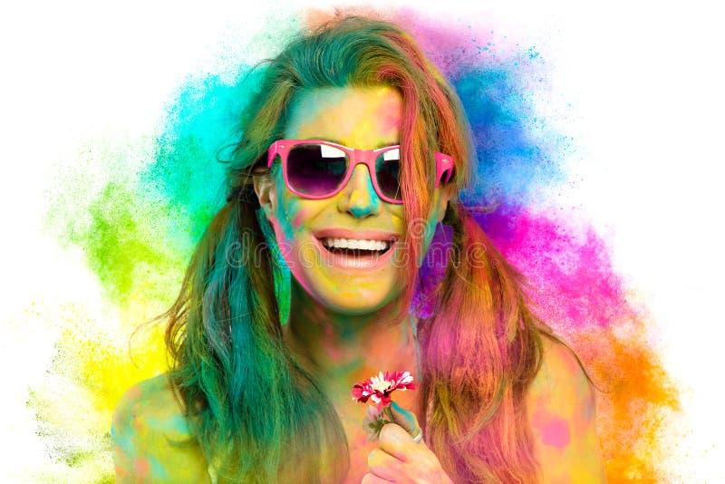 Mooie vrouw omvat in regenboog gekleurd poeder Het festival van Holi Het concept van de schoonheidslente stock foto