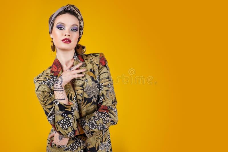 Mooie vrouw in oosterse stijl met mehendy stock fotografie