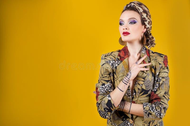 Mooie vrouw in oosterse stijl met mehendy royalty-vrije stock afbeelding