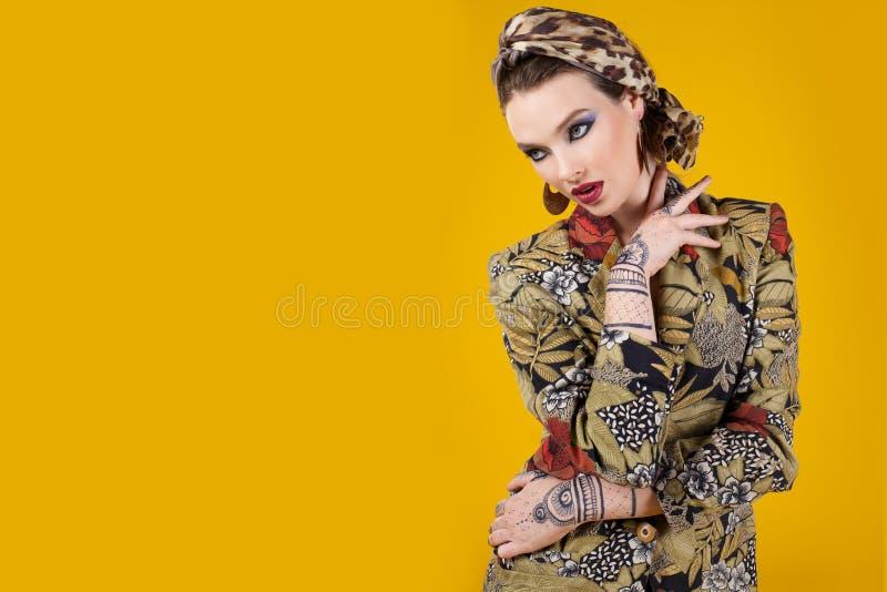 Mooie vrouw in oosterse stijl met mehendy royalty-vrije stock fotografie