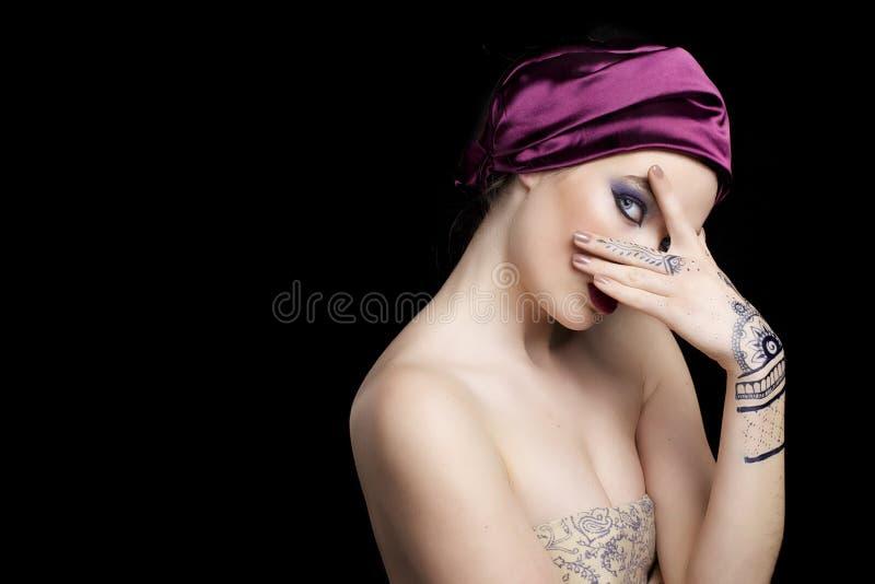Mooie vrouw in oosterse stijl met mehendy in hijab royalty-vrije stock afbeelding