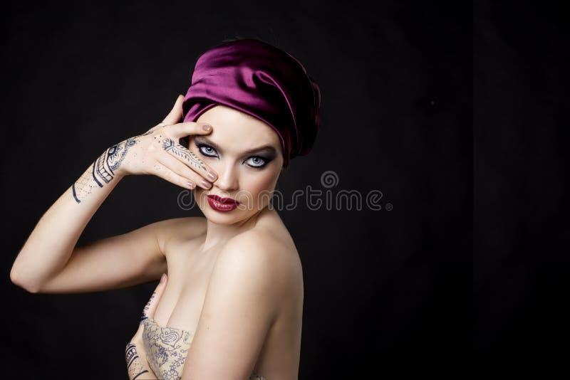 Mooie vrouw in oosterse stijl met mehendy in hijab royalty-vrije stock fotografie