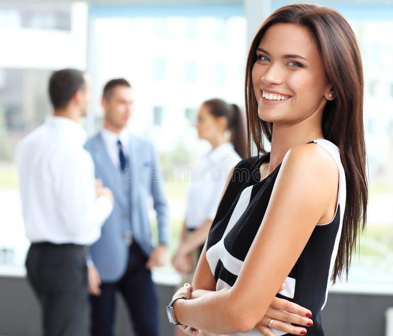 Mooie vrouw op de achtergrond van bedrijfsmensen royalty-vrije stock foto's