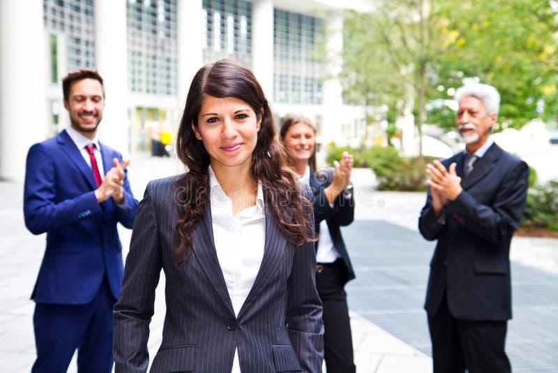 Mooie vrouw op de achtergrond van bedrijfsmensen royalty-vrije stock fotografie