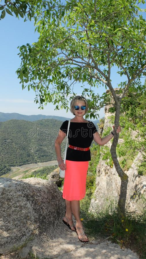 Mooie vrouw op de achtergrond van bergen, in het dorp van Siurana stock foto