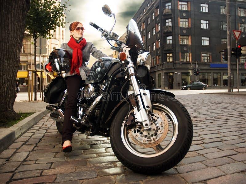 Mooie vrouw op de motorfiets stock afbeelding