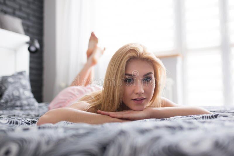 Mooie Vrouw op een Bed royalty-vrije stock afbeelding