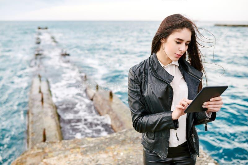 Mooie vrouw op een pijler met de tablet stock foto's