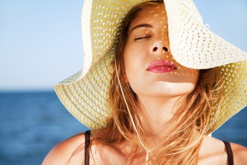 Mooie vrouw op een strand stock foto's