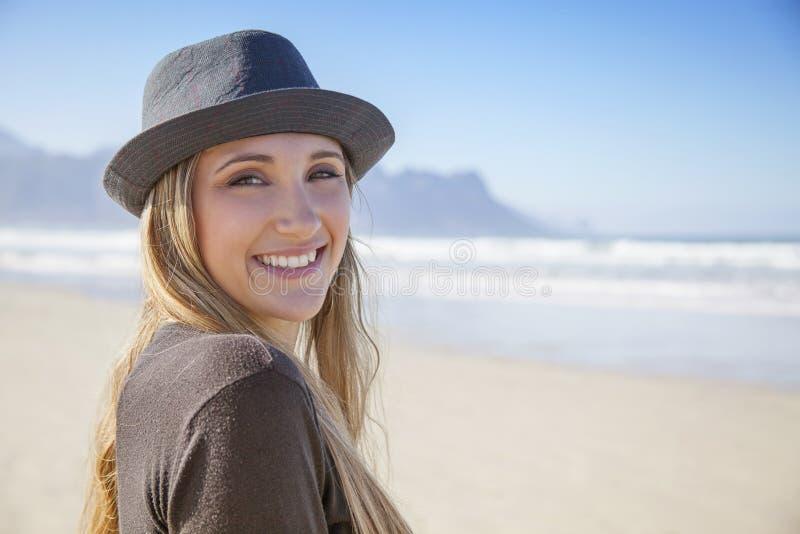 Mooie vrouw op een strand op een zonnige dag stock foto